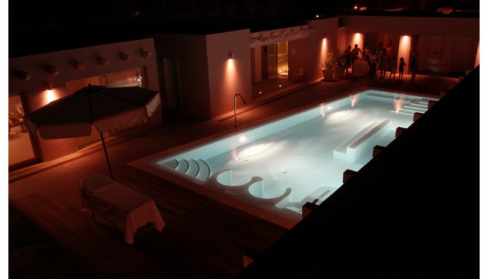 Free Beach Club piscina di notte