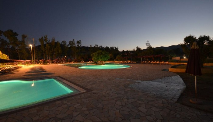 Limone Beach resort piscina di notte