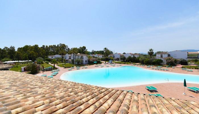 Torre Navarrese Resort piscina
